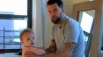 Padre que practica lucha libre con su hijo de un año desata polémica [VIDEO] - Noticias de gavin mcinnes