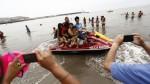 Bañistas usan las motos de los salvavidas para fotografiarse - Noticias de motos acuáticas