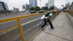 Metropolitano: peatones cruzan por reja rota cerca a estación - Noticias de metropolitano lima