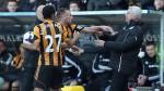 Técnico del Newcastle cabeceó a jugador del Hull City - Noticias de vurnon anita