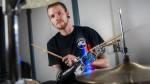 Prótesis robótica le entrega un tercer brazo a joven baterista - Noticias de jason barns