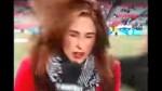 Bella reportera recibe pelotazo cuando transmitía en vivo - Noticias de fútbol estadounidense